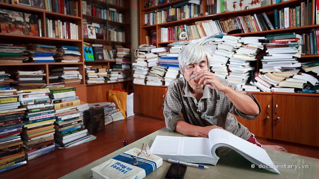 Phạm Xuân Nguyên uống rượu tây khi ngồi đọc Marx cho Lựợm chụp ảnh làm quen. Hà Nội, chiều hôm qua.
