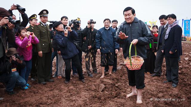 """05. Chủ tịch Triết ngày trước mặc bộ nâu, đi giày ba-ta. Hôm nay Chủ tịch Sang mặc áo gió A-di-đát, quần âu, chân đất; rồi lại còn rắc ngô, rắc thóc và tự nhận xét là """"xạ hơi dày""""."""