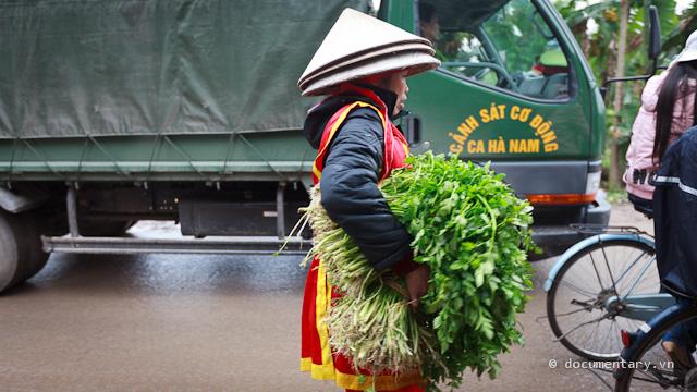 09. Trên đường về tranh thủ ghé vào chợ Đọi làm mấy mớ rau cần.