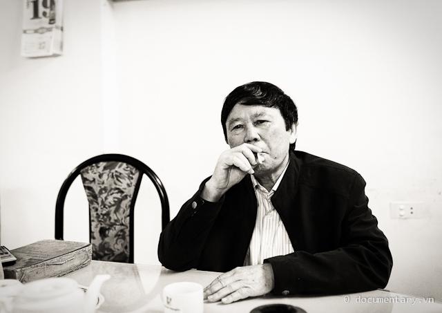 Phạm Văn Thiều hút thuốc giải lao ngoài phòng họp sau hơn nửa tiếng phải ngồi làm người mẫu. Hà Nội, sáng nay.