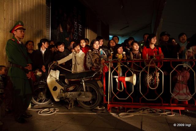 Đầu đường Đinh Tiên Hoàng, ban tổ chức phải dùng cả xe máy để làm rào chắn.