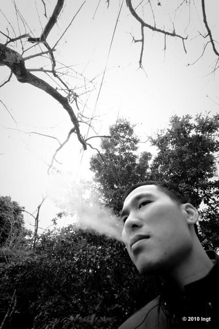 Quang milu, tức Quang tèo, tên tự gọi là Tiến Quang đang tranh thủ ăn điếu thuốc lấy tinh thần trước khi bước vào trận đấu với các con sâu rượu 12E.