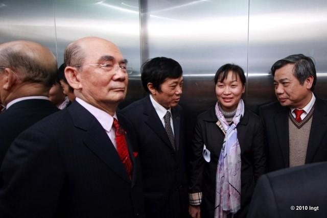 Lợi dụng các lãnh đạo đang líu díu mời nhau vào thang máy, mình chui vào trước luôn, ai dở hơi mà chạy bộ 8 tầng cơ chứ.