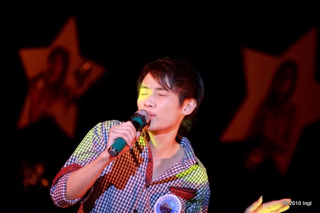 """Chu Minh Thắng (99) biểu diễn """"Nắng chờ"""" và """"Chợ"""" với phong cách èo uột dù được các chị ban bánh khảo nhận xét là """"khuôn mặt rất sáng sân khấu""""."""