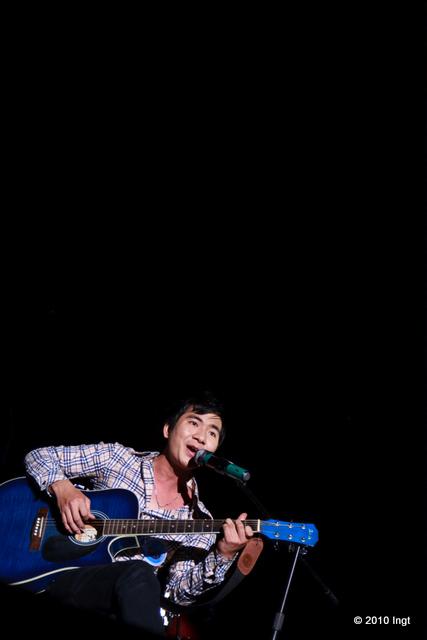 """Từ Kiên Trung (135) vừa búng ghi ta vừa hát """"Để dành"""" và """"Nồng nàn Hà Nội""""."""