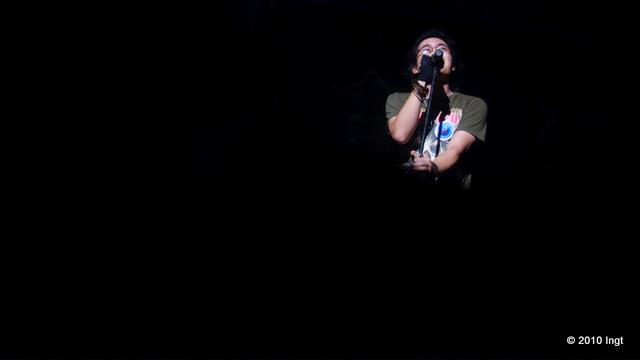 Là người hát rock của đêm nay, Đặng Trần Quân (92) đã đem đến đêm diễn một không khí khá cuồng nhiệt.
