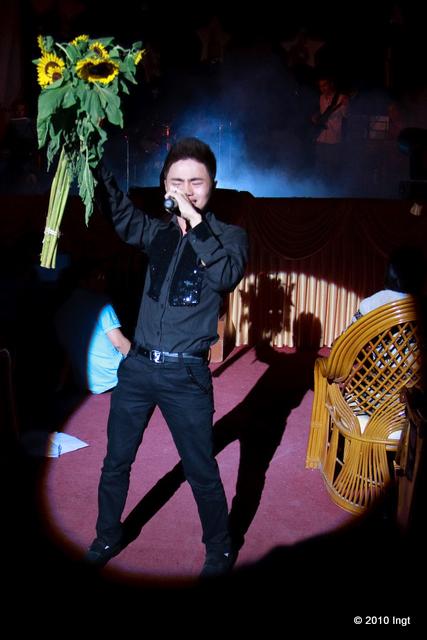 """Thí sinh cuối cùng Nguyễn Văn Tuấn (137) hết đứng trên gờ sân khấu khi hát bài """"Cỏ và mưa"""" thì lại nhảy xuống dưới """"giao lưu"""" trong bài """"Làm sao nói hết"""". Hát thì cũng bình thường nhưng diễn thì quá phô."""