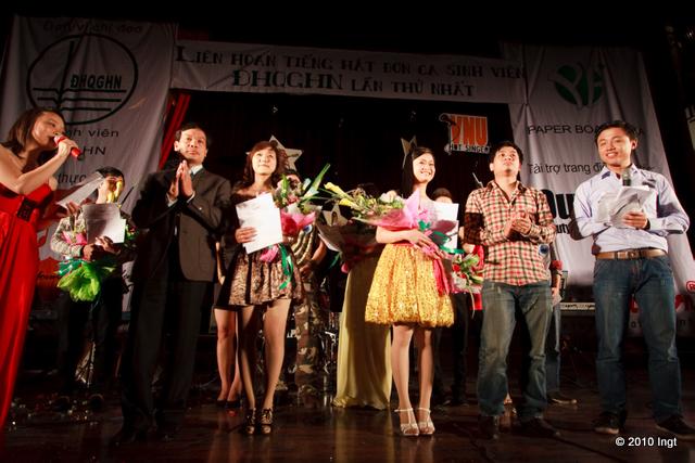 Trao giải, tặng hoa và cười chụp ảnh lưu niệm. Vậy là Nhân văn có 4 người thì được giải nhì, giải ba và giải bình chọn.