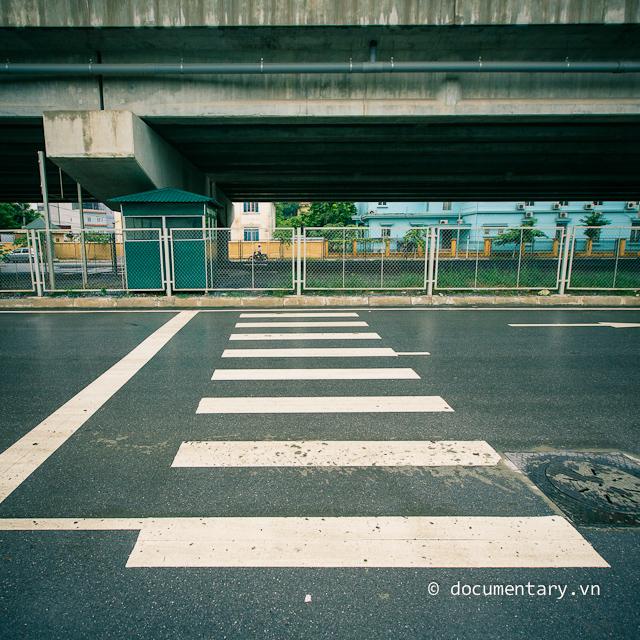 Vạch sang đường, đoạn đi qua UBND phường Hoàng Liệt (Hoàng Mai - Hà Nội), chiều nay, 08/9/2012.