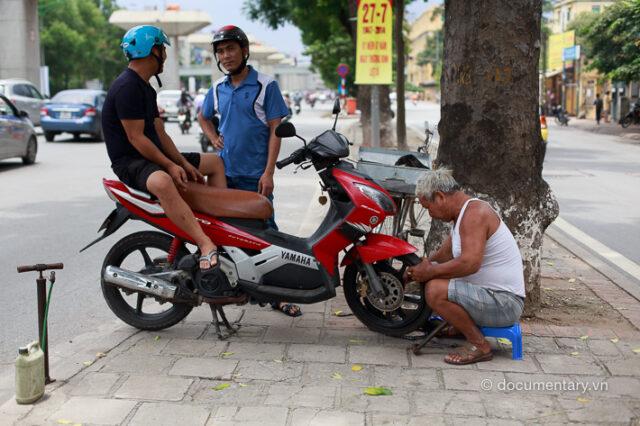 Vá xe máy. Hà Nội, 7/2014.