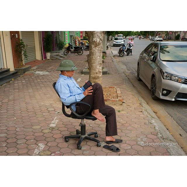 [Instagram] #security #man #smartphone #music #chair #sidewalk #street #hanoi #vietnam