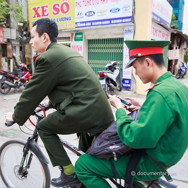 [Instagram] #bike #cellphone #men #hanoi