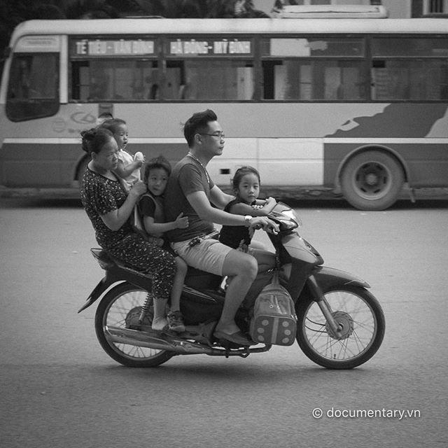 [Instagram] After school #overload #motorbike #traffic #hanoi #olympus