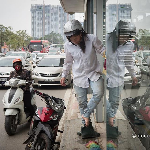 [Instagram] #cleaner #woman #shoes #bus #busstop #car #bike #traffic #reflection #hanoi