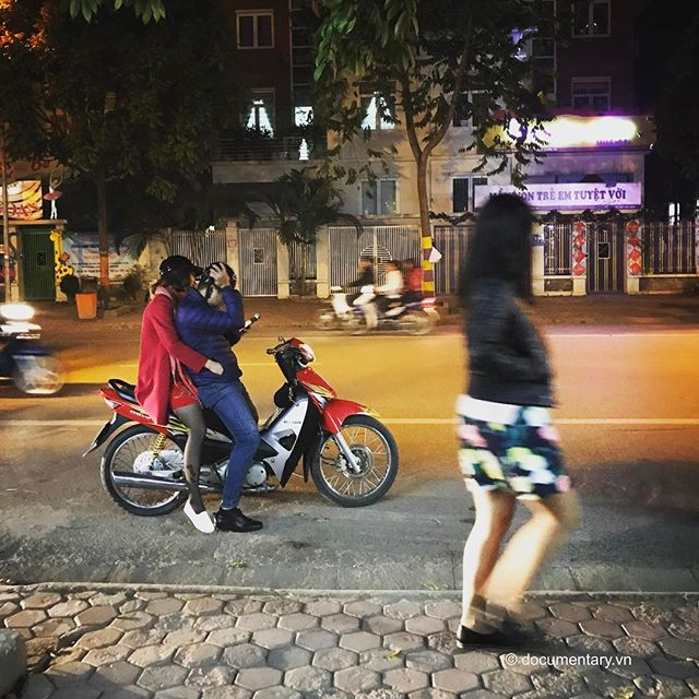 [Instagram] Valentine's Day #couples #walking #sidewalks #night #hanoi #vietnam