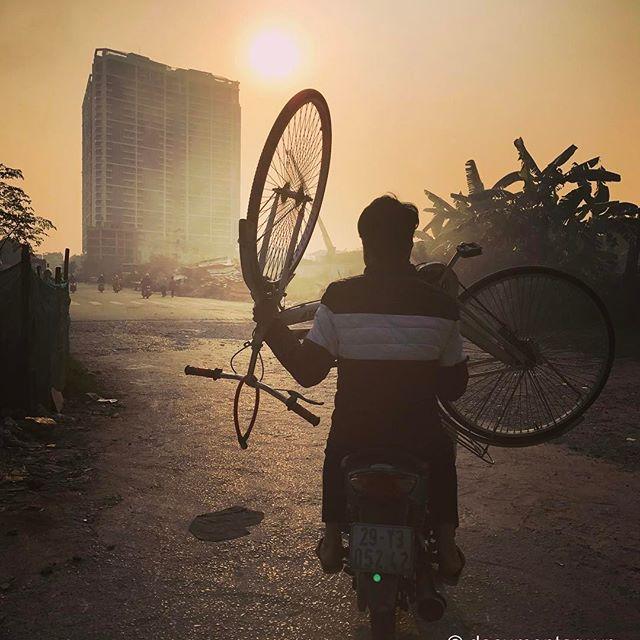 """[Instagram] """"Tà tà bóng ngả về tây""""#motorbike #bike #sunset #smoky #hanoi #vietnam"""