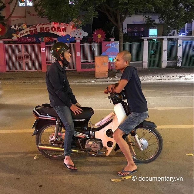 [Instagram] Tâm sự #men #conversation #chitchat #motorbike #evening #night #onthestreet #hanoi #vietnam