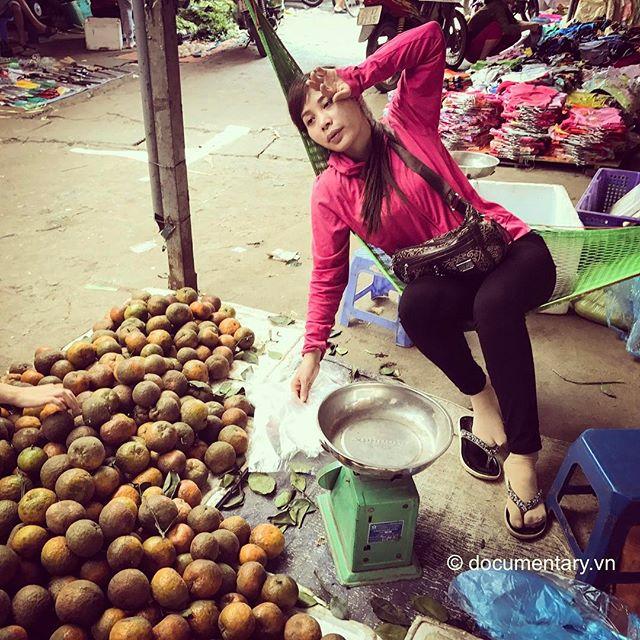 [Instagram] Chị bán cam #woman #vendor #hammock #oranges #market #phungkhoang #hanoi #vietnam